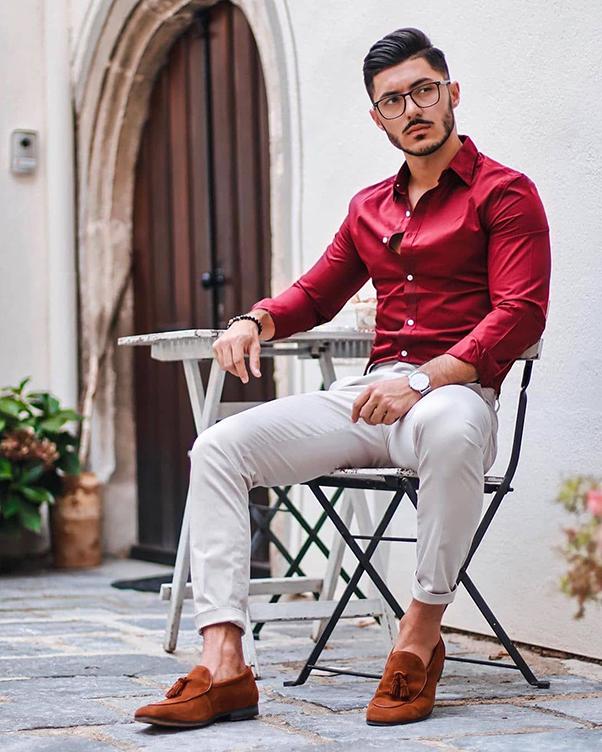 kết hợp giữa sơ mi nam đỏ, quần kaki trắng cùng giày da lộn đỏ nâu
