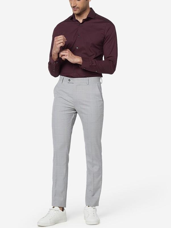 Phối đồ với áo sơ mi đỏ nam cùng quần chinos màu ghi sáng và giày thể thao trắng