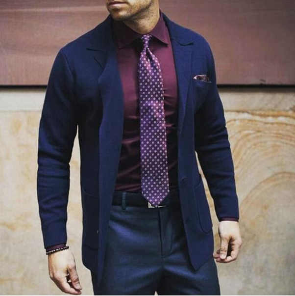 Kết hợp một bộ vest xanh tím than với áo sơ mi đỏ