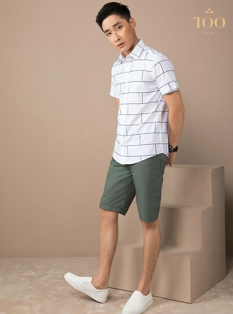 Kết hợp áo sơ mi hoạ tiết cho nam giới với quần short