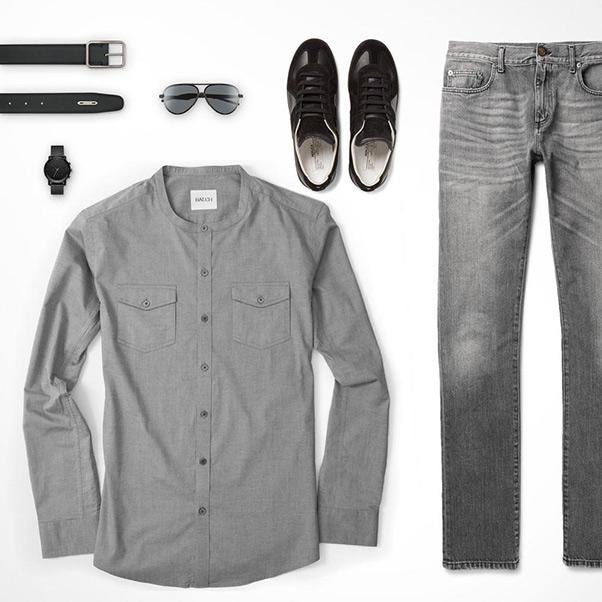 Phối áo sơ mi ghi nam dài tay với quần jeans ống suông đứng