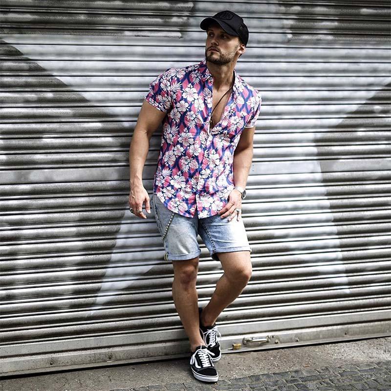 Mặc sơ mi hoa văn nam kết hợp với quần Short là lựa chọn phù hợp cho mùa hè nóng bức