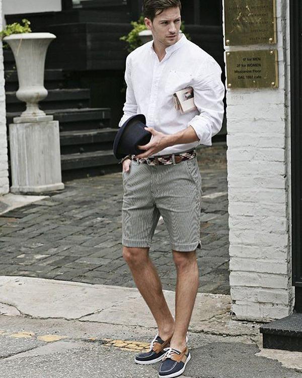 Quần short xám kết hợp với áo sơ mi màu trắng cùng giày thuyền đen