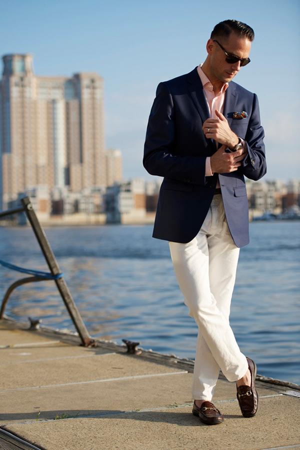 Kết hợp áo sơ mi và áo vest nam tone màu xanh cùng quần kaki màu trắng
