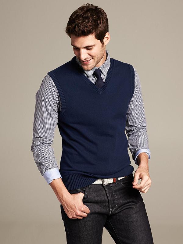 áo gile len xanh navy kết hợp cùng áo sơ mi họa tiết caro nhỏ