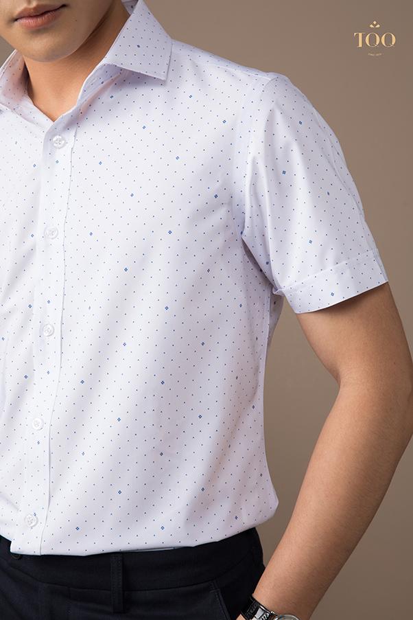 áo chấm bi sáng màu sẽ mang đến vẻ ngoài năng động