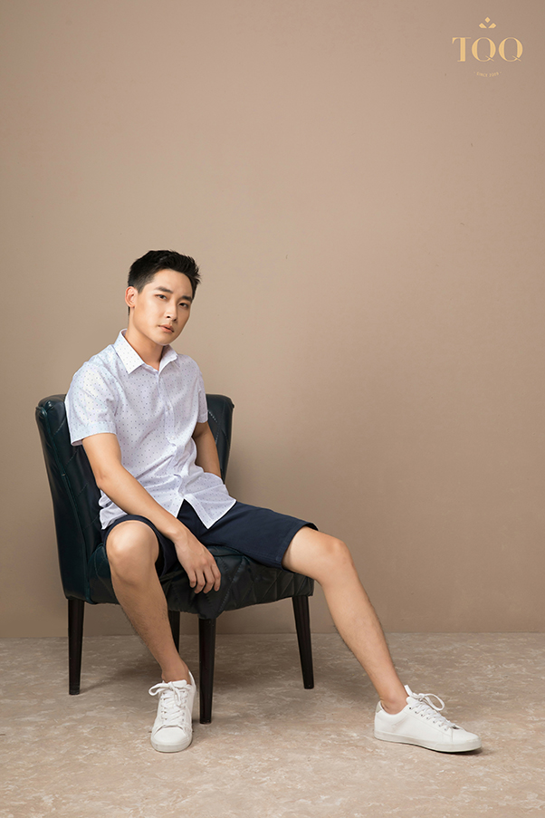 Sơ mi nam trắng chấm bi kết hợp cùng quần short và giày thể thao