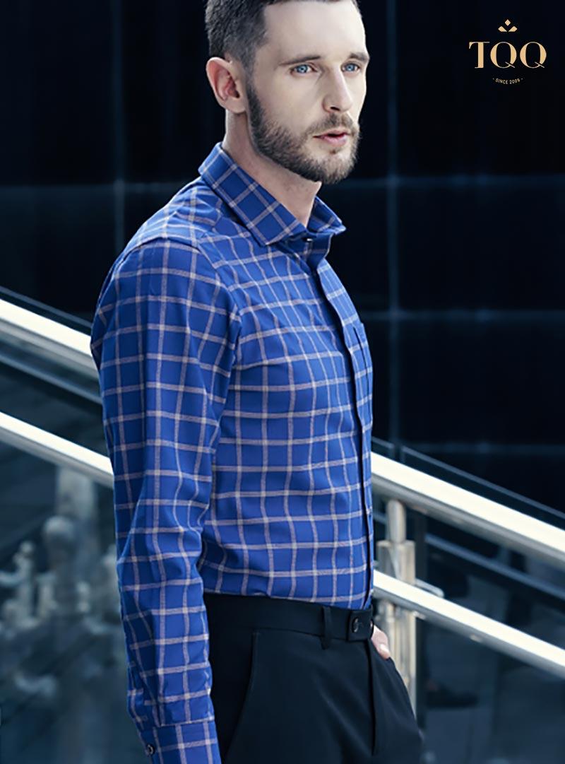 Nam giới độ tuổi 25 - 35 có thể lựa chọn các mẫu áo sơ mi nam xanh coban với các họa tiết phù hợp