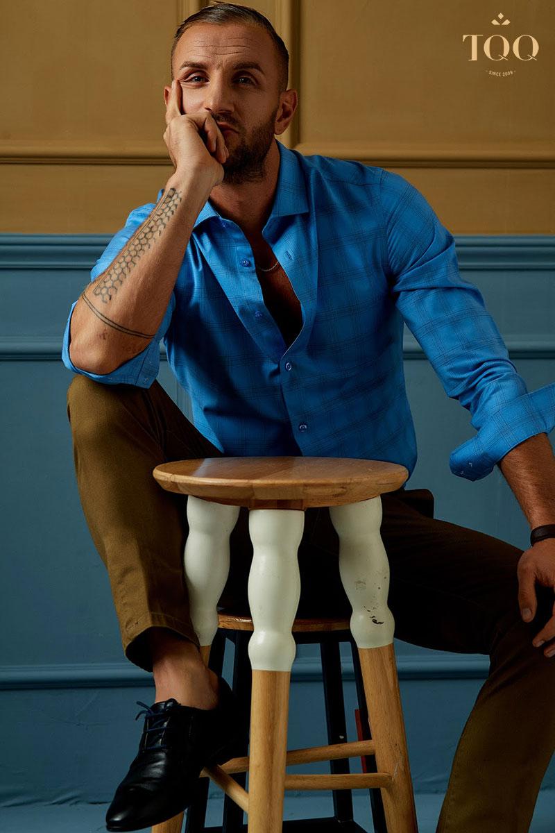Sơ mi nam dài tay kết hợp với quần kaki mang đến diện mạo đĩnh đạc, phong trần cho phái mạnh