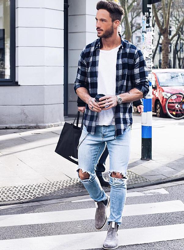 Áo sơ mi nam kẻ ô vuông khoác ngoài kết hợp với áo thun, quần jean