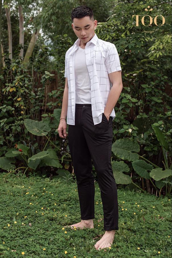 ơ mi nam tay ngắn hoạ tiết, khoác ngoài áo phông trắng cùng quần Chinos