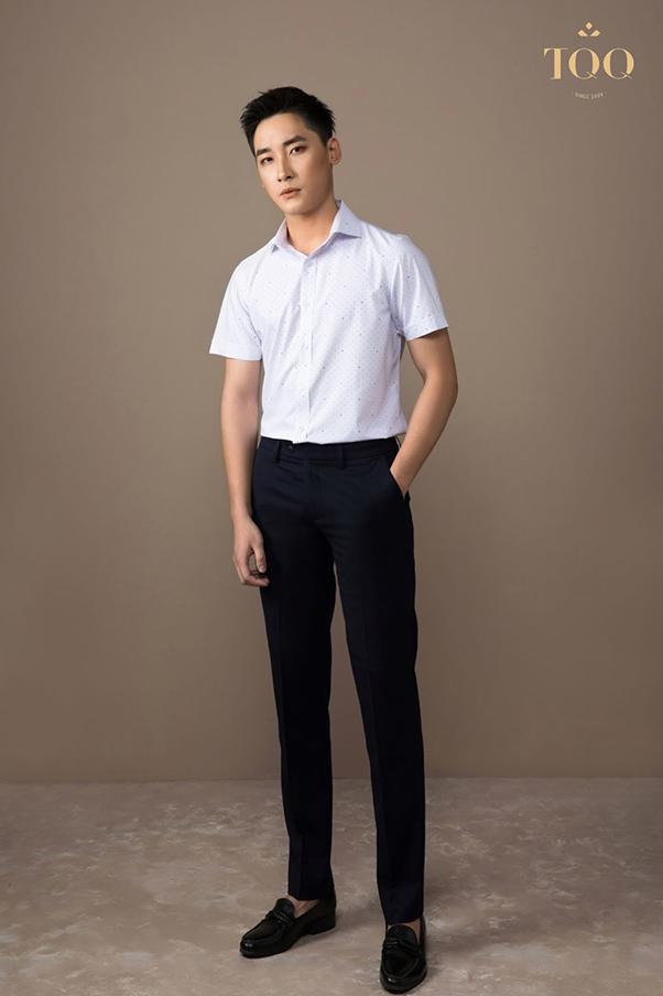 áo sơ mi trắng tay ngắn họa tiết chữ V kết hợp với quần âu đen đơn giản