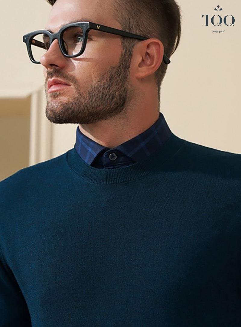 Mặc áo sơ mi nam kết hợp với áo len mỏng bên ngoài là phong cách thời trang mà các quý ông nên thử