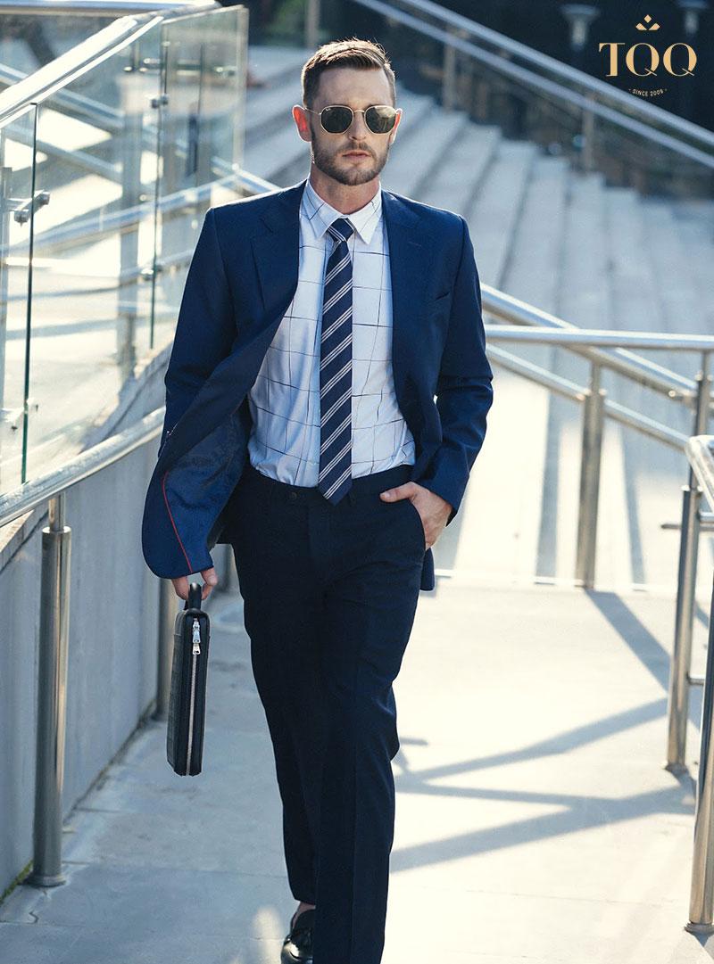 Áo sơ mi dài tay luôn là lựa chọn hàng đầu khi kết hợp với vest