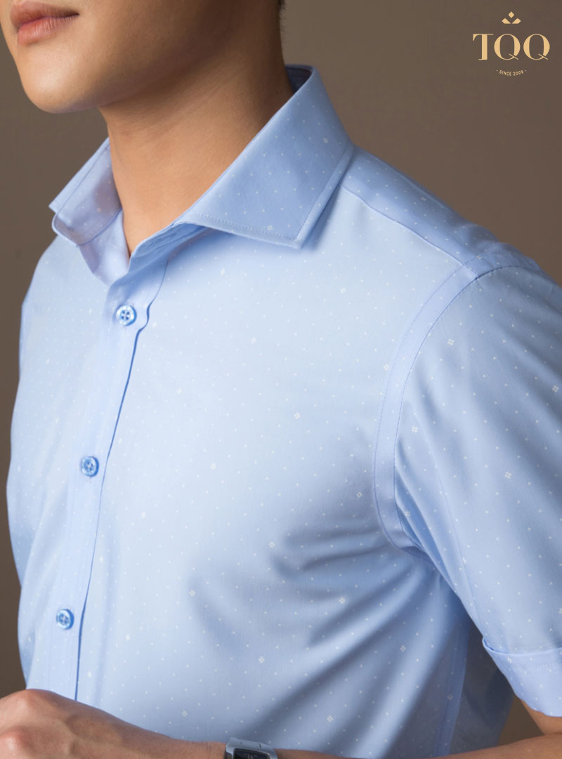 Áo sơ mi xanh dương phối họa tiết nhỏ màu trắng đầy tinh tế