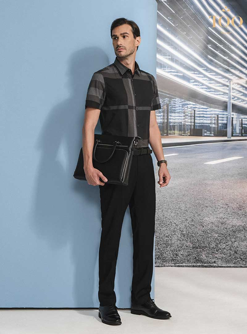 Áo sơ mi ngắn tay, quần âu phối cùng các phụ kiện như thắt lưng và đồng hồ làm nên phong thái lịch lãm cho quý ông