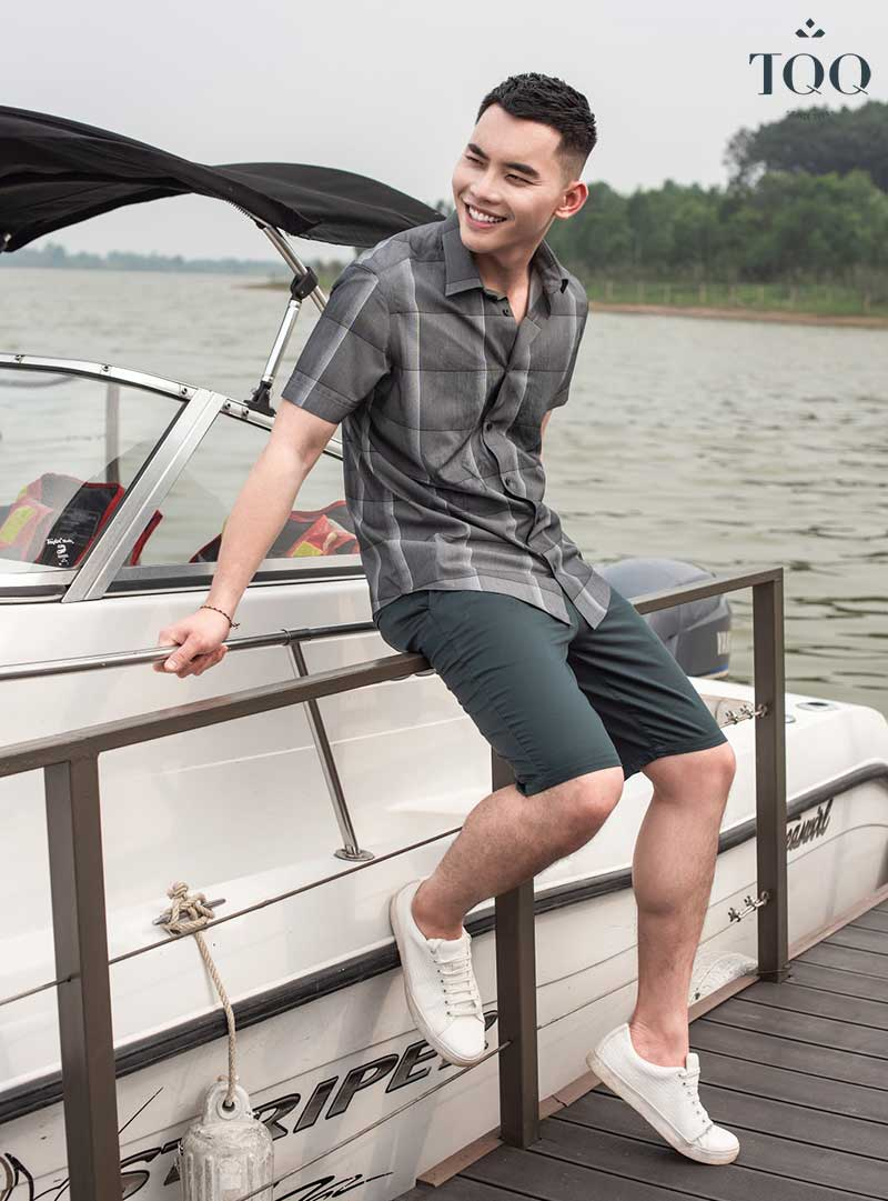 Kết hợp áo kẻ caro với quần short để tạo set đồ cá tính, trẻ trung trong các chuyến du lịch