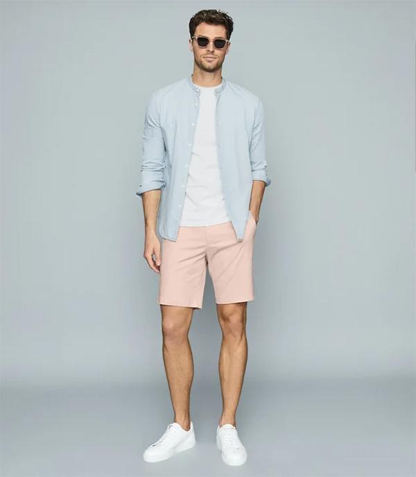 áo sơ mi khoác ngoài xanh pastel kết hợp áo phông - giày thể thao trắng và quần short hồng nhạt