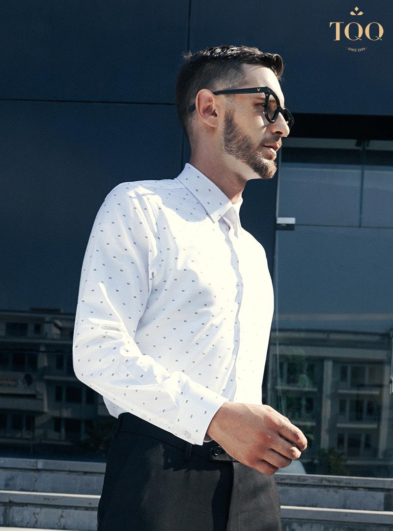 Để chọn được mẫu áo sơ mi nam vừa vặn nhất thì nam giới nên thử áo trực tiếp tại cửa hàng