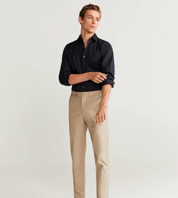 Quần kaki với màu be trung tính kết hợp hài hòa cùng áo sơ mi tay dài đen