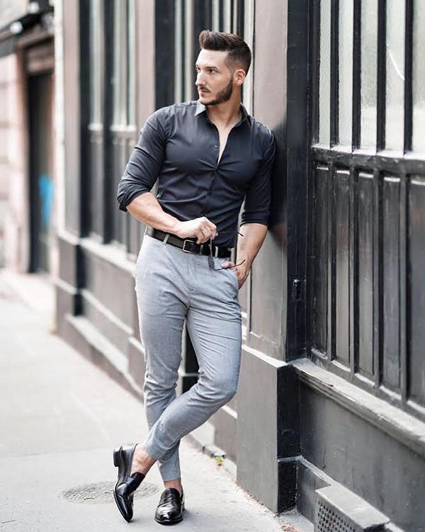 phối sơ mi dài tay body đen cùng quần chinos màu xám ghi