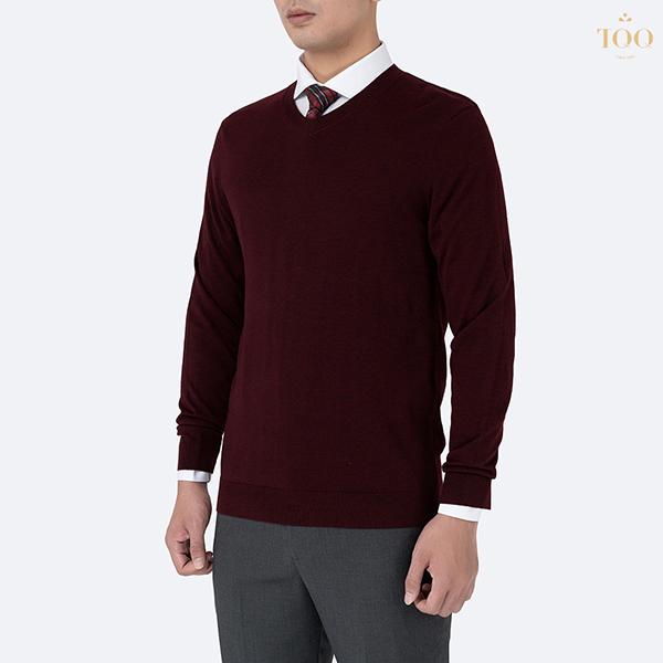 kết hợp áo sweater màu đỏ đô cùng sơ mi trắng dài tay và quần âu xám