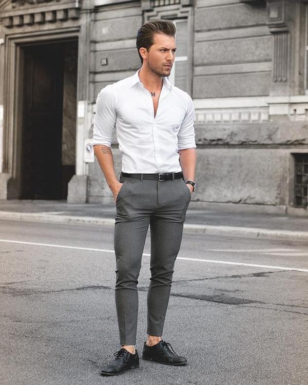 Áo sơ mi nam trắng, quần chinos ghi và giày da đen