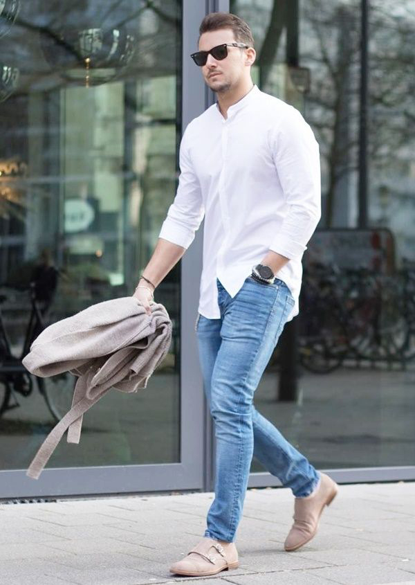 mix áo sơ mi trắng cùng quần jeans xanh sáng màu và giày da lộn màu beige