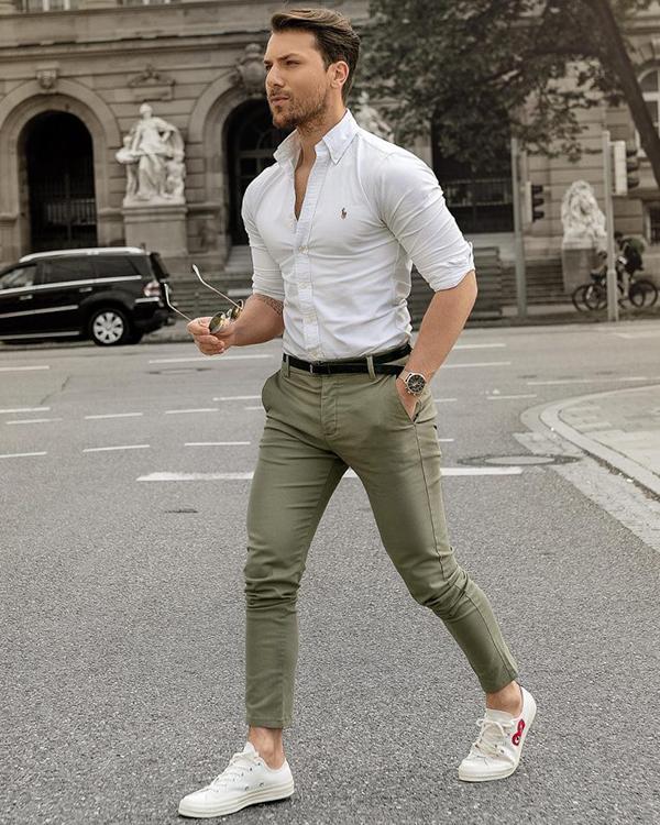 Phối áo sơ mi trắng nam body cùng quần chinos màu xanh xám