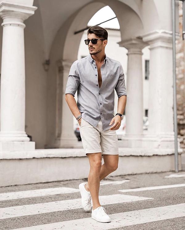 phối áo sơ mi nam màu xám nhạt, cùng quần short trắng kem và giày thể thao trắng