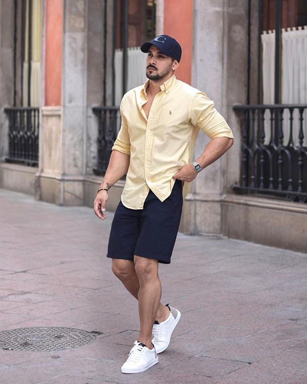 kết hợp áo sơ mi nam dài tay vàng cùng quần short màu xanh tím than