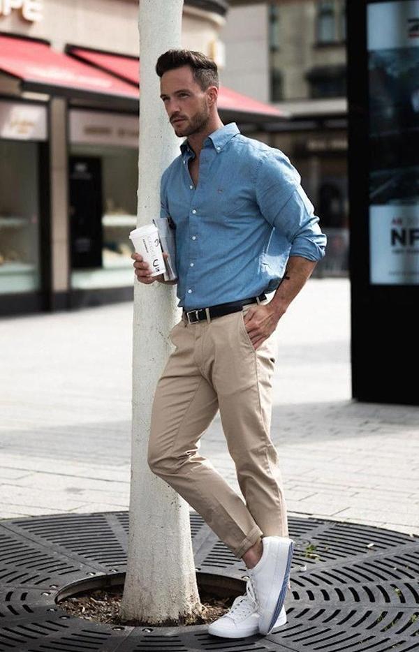 áo sơ mi dài tay xanh basic cùng quần kaki và giày thể thao