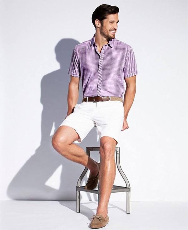 Quần short trắng và giày da lộn màu nâu nhạt phối với áo sơ mi màu tím nam