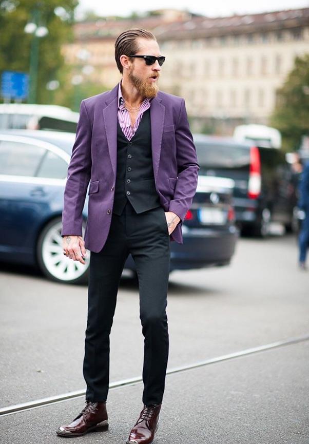 Sự kết hợp ấn tượng giữa áo vest, sơ mi tím cùng gile và quần tây màu đen