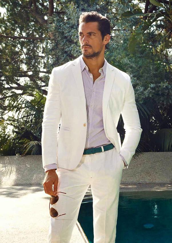 Sơ mi kẻ sọc màu tím là điểm nhấn trên nền bộ vest trắng thanh nhã