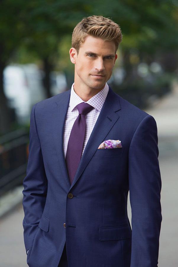 phối áo sơ mi tím nhạt họa tiết caro cùng bộ vest có màu tím than lịch lãm