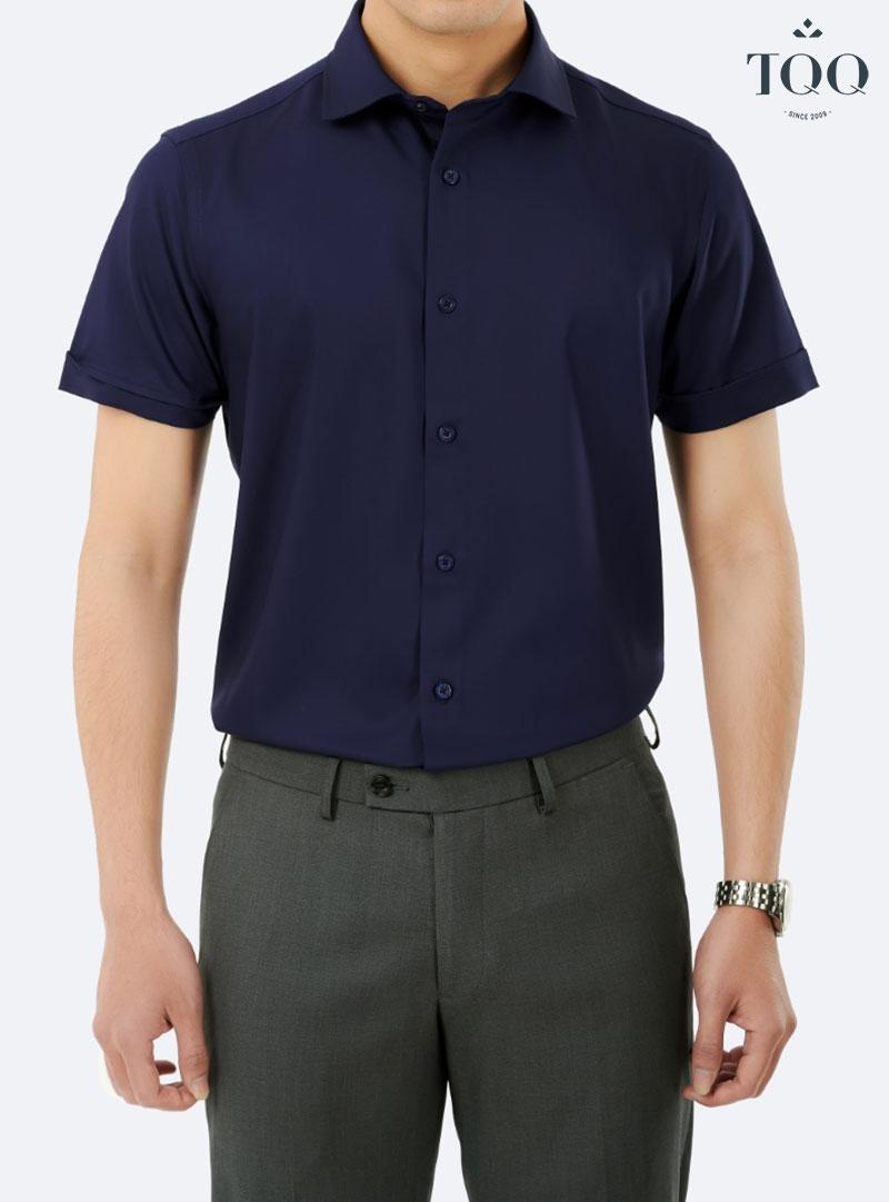 Áo sơ mi nam kết hợp với quần âu cùng tông màu tối đem đến sự sang trọng, tinh tế cho người mặc