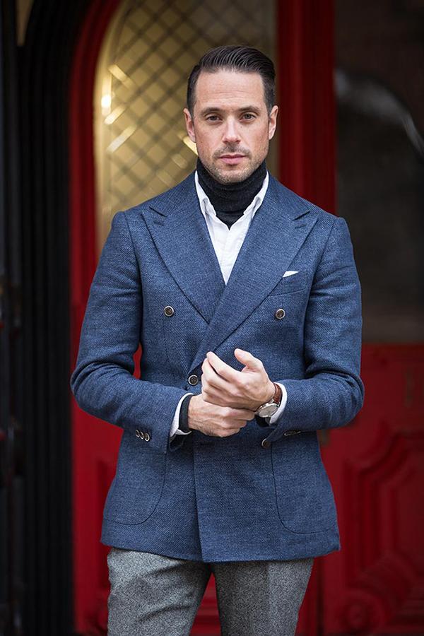 Phối áo len cổ lọ tối màu với sơ mi nam trắng