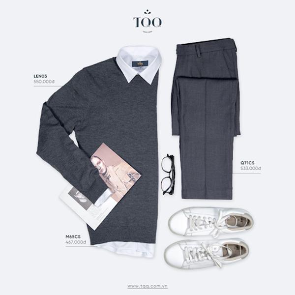 Phối áo len màu với sơ mi nam trắng cùng quần vải màu xám ghi và giày thể thao