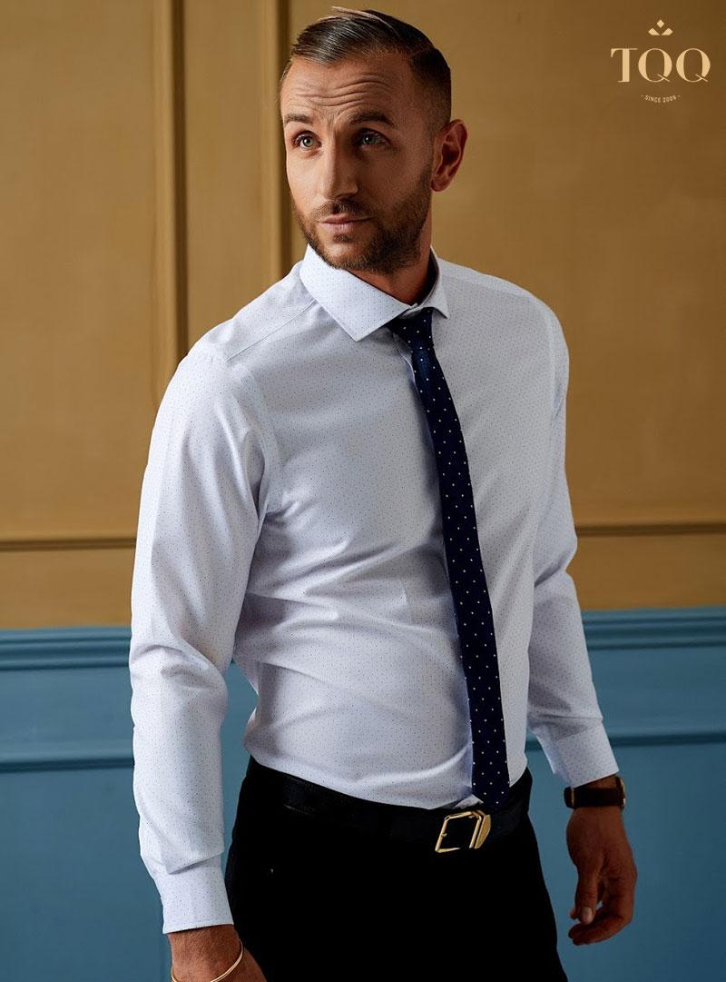 Diện sơ mi trắng kết hợp cà vạt giúp quý ông trở nên phong độ, lịch lãm