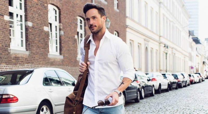 Quần Jeans kết hợp cùng áo sơ mi trắng mang lại vẻ ngoài cá tính, mạnh mẽ cho quý ông