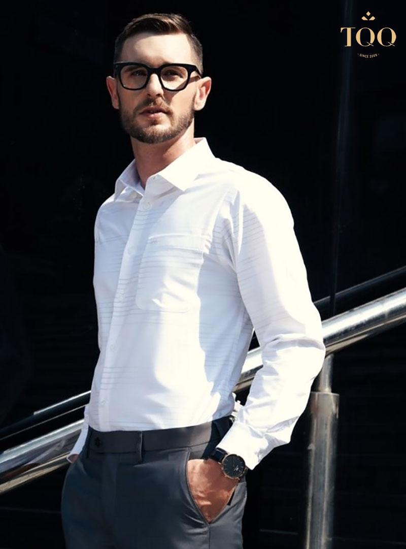 Áo sơ mi dáng suông luôn là lựa chọn hàng đầu của quý ông công sở bởi sự thoải mái mà trang phục mang lại