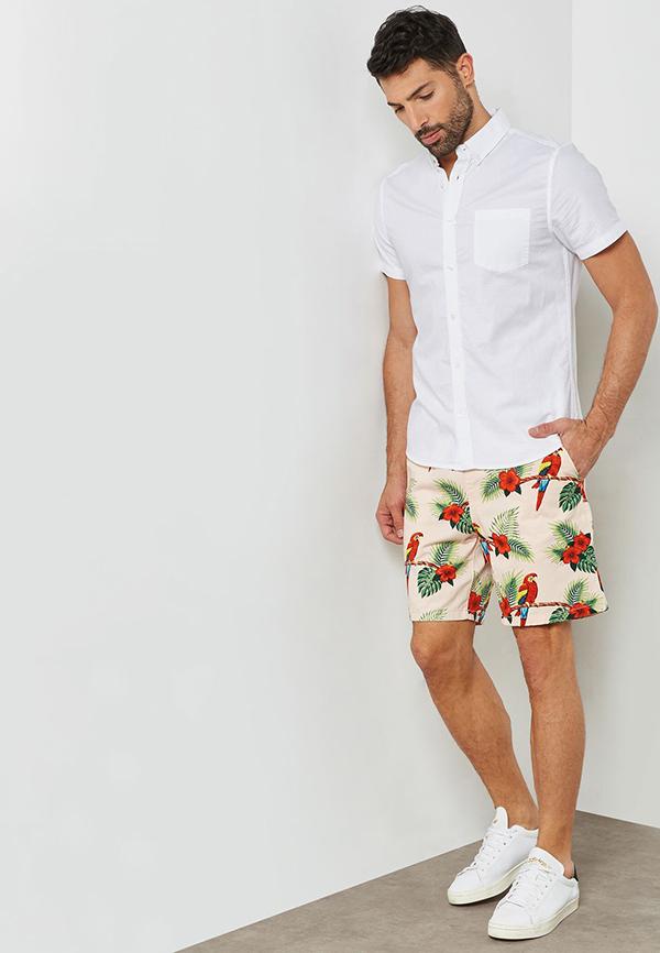quần short hoa kết hợp với áo sơ mi trắng