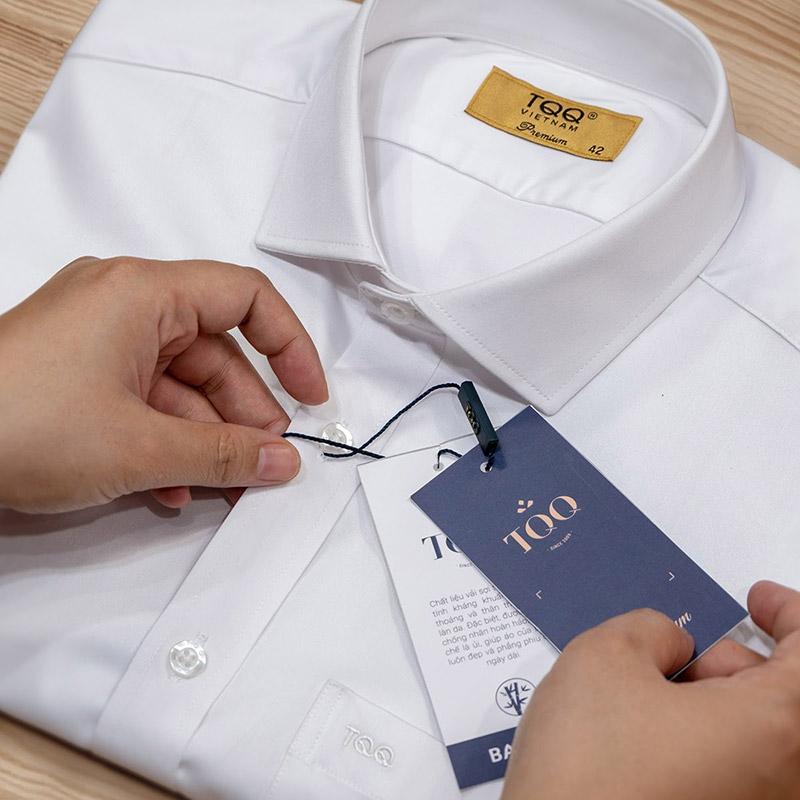 Thương hiệu thời trang TQQ được in trên mác cổ, mác sườn, cúc áo thể hiện đẳng cấp của trang phục