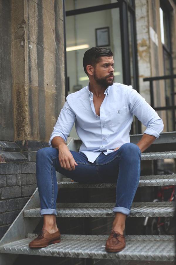 Áo sơ mi trắng phối quần jeans màu xanh sáng