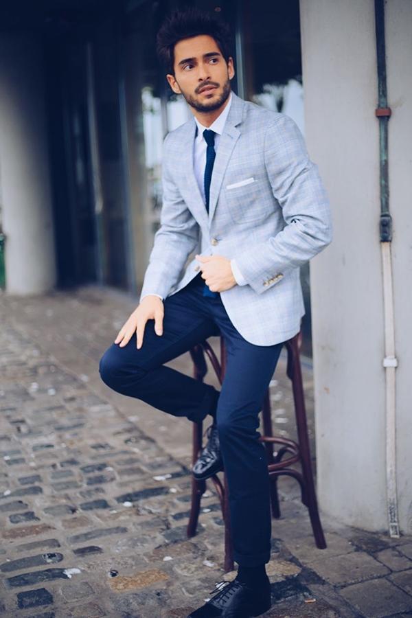 Áo sơ mi sáng màu mặc trong áo vest nam màu xám kết hợp với quần màu xanh navy