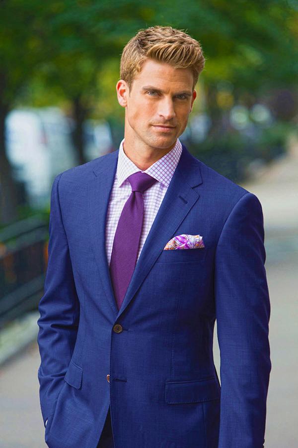 Áo vest nam màu xanh navy phối cùng sơ mi màu tím và cà vạt đồng màu