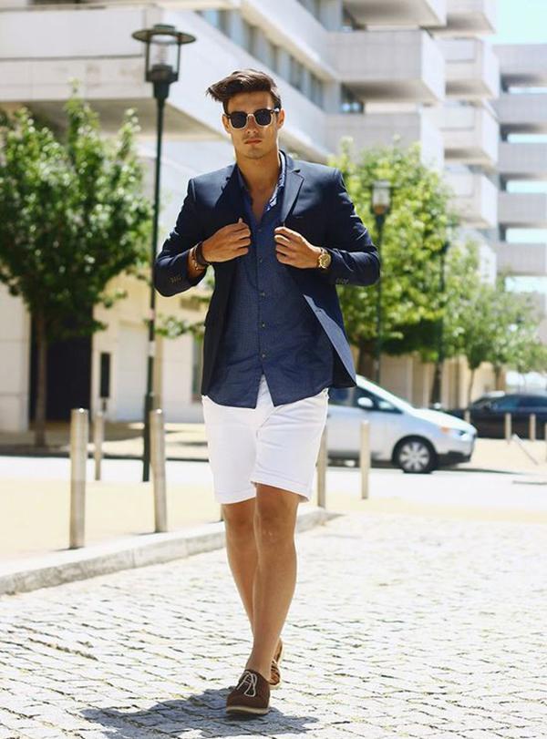 Quần short trắng kết hợp cùng sơ mi xanh và áo blazer