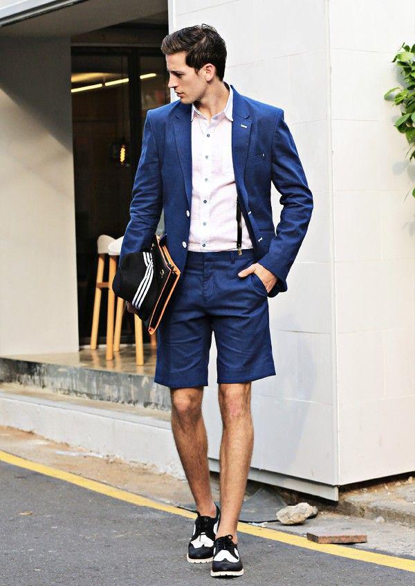 kết hợp sơ mi trắng, cùng áo vest và quần short xanh
