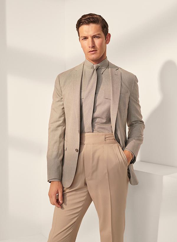 kết hợp một chiếc quần lưng cao màu beige cùng áo sơ mi và áo vest màu xám